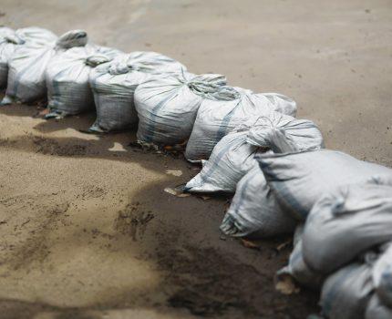 災害時の定番である土のうとブルーシートを備えておく!