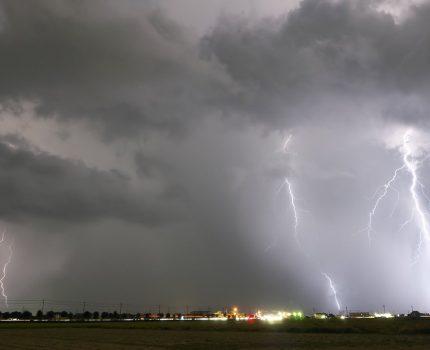 落雷から電気製品を守る備えをする!